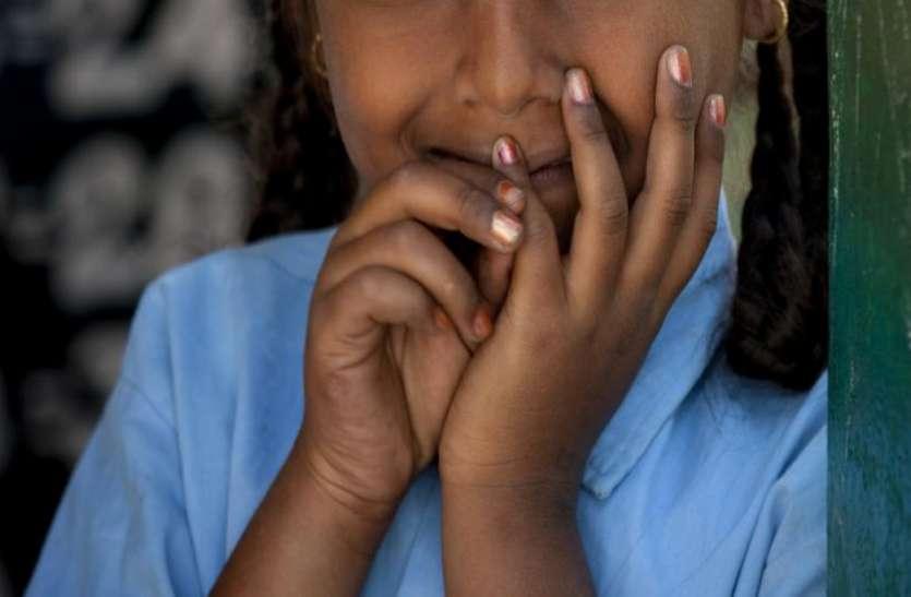 पिता ने नहीं भरी स्कूल फीस तो, टीचर्स ने 3 दिन तक बच्ची को दी शर्मनाक सज़ा