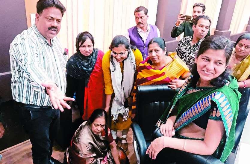 कुर्सी छोड़ जमीन पर बैठ विरोध जताया, नपाध्यक्ष ने नपा के इतिहास का सबसे बड़ा बजट बताया