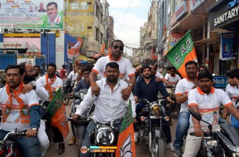 पुलिस काट रही रामराज्य और बिना नंबर प्लेट की बाइक के चालान.. भाजपा की रैली में कोई देखने वाला नहीं