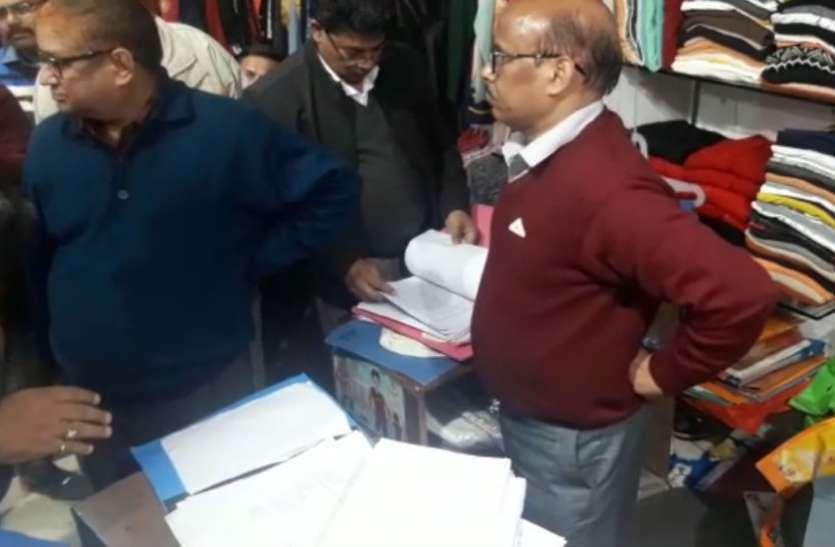 एक शोरूम पर चार दिन से आयकर विभाग की टीम डाले है डेरा, दुकान स्वामी ने किया बड़ा खुलासा, देखें वीडियो