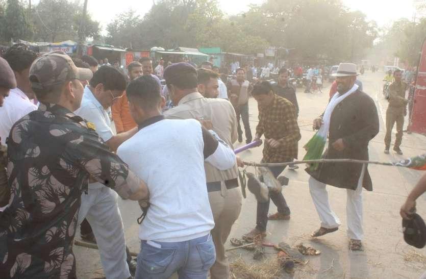 भाजपाईयों से पूर्व मुख्यमंत्री दिग्विजयसिंह का पुतला जलाने से पूर्व पुलिस ने छीना