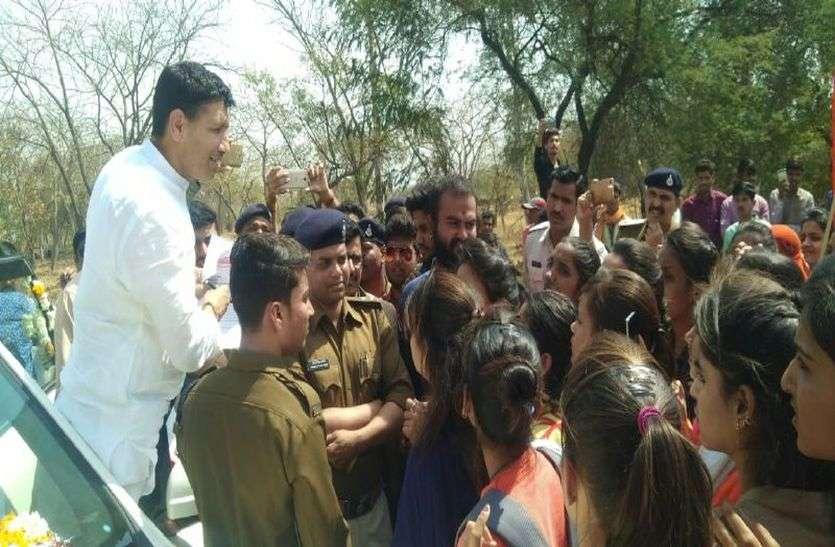 कमलनाथ सरकार के मंत्री को जब सड़क पर रोका, तो बोले छात्राओं से ये बड़ी बात