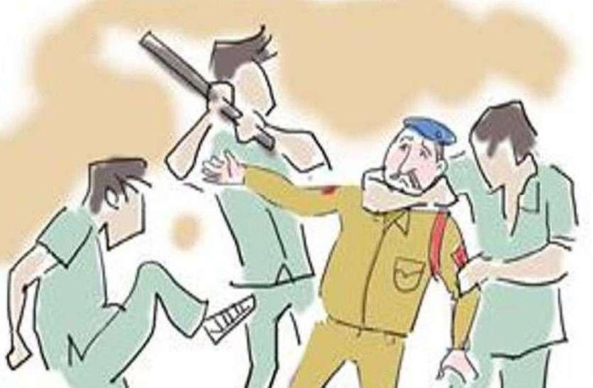 सारोली में पुलिसकर्मी के साथ की हाथापाई