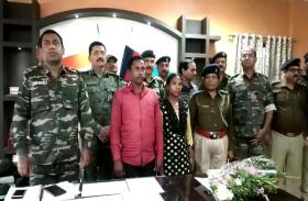 दो इनामी नक्सलियों ने पुलिस के समक्ष सरेंडर किया