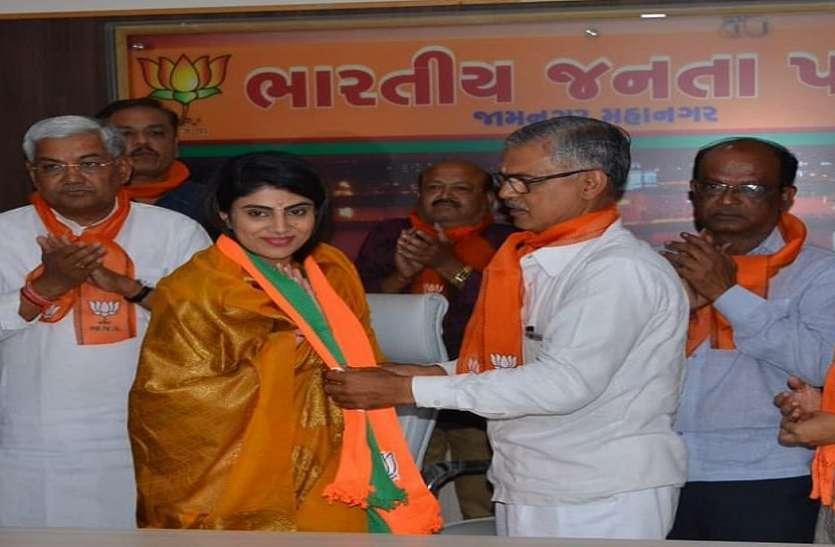 BJP में शामिल हुईं क्रिकेटर रवींद्र जडेजा की पत्नी रीवाबा, गुजरात से लड़ सकती हैं लोकसभा चुनाव