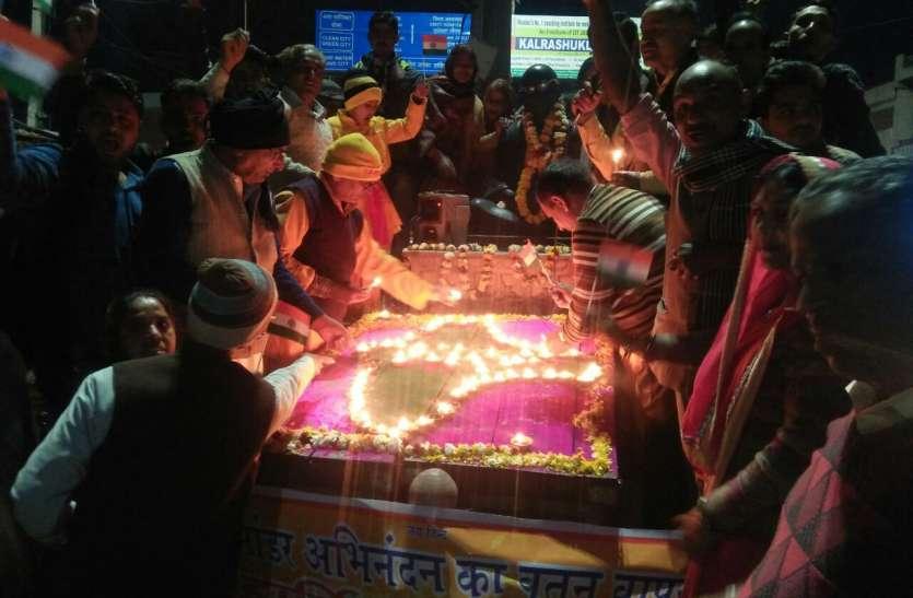 अभिनंदन के शौर्य पर निकाली रैली, जलाए दीपक