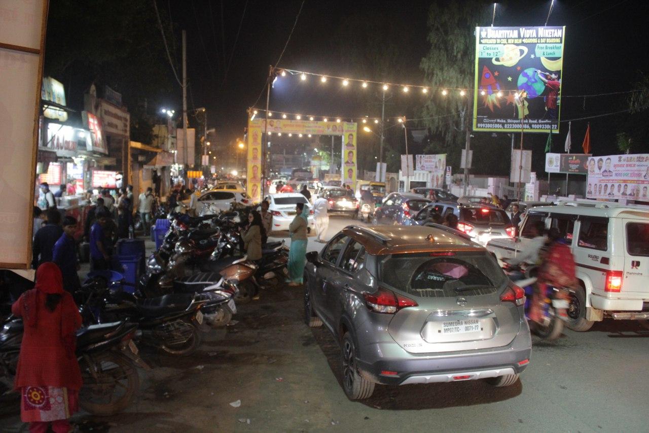 दुकानदारों का रोड पर कब्जा 60 फुट की सड़क रह जाती है 20 फुट, रोजाना लगता है जाम