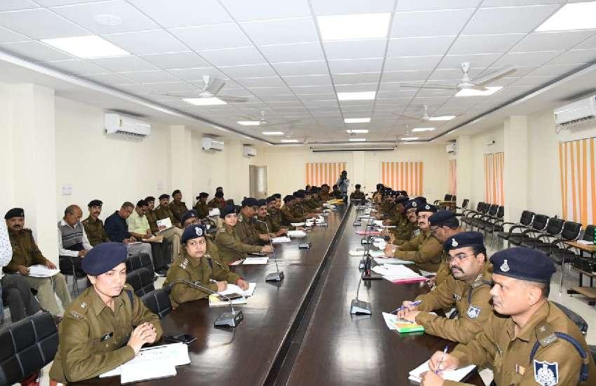 आइजी विवेक शर्मा ने पुलिस कंट्रोल रूम में समीक्षा बैठक की