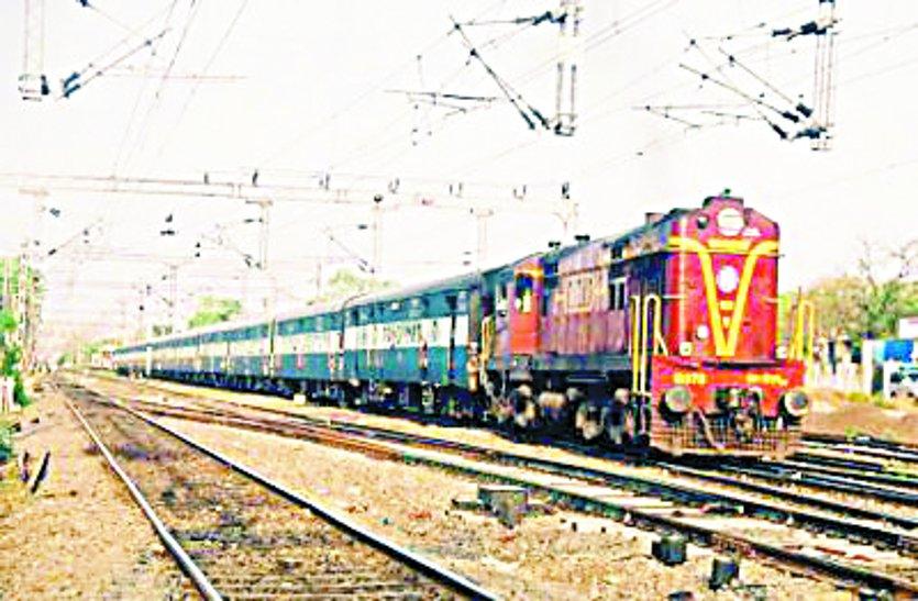 11 ट्रेनें डेढ़ घंटे तक लेट, 10 हजार यात्री हुए परेशान