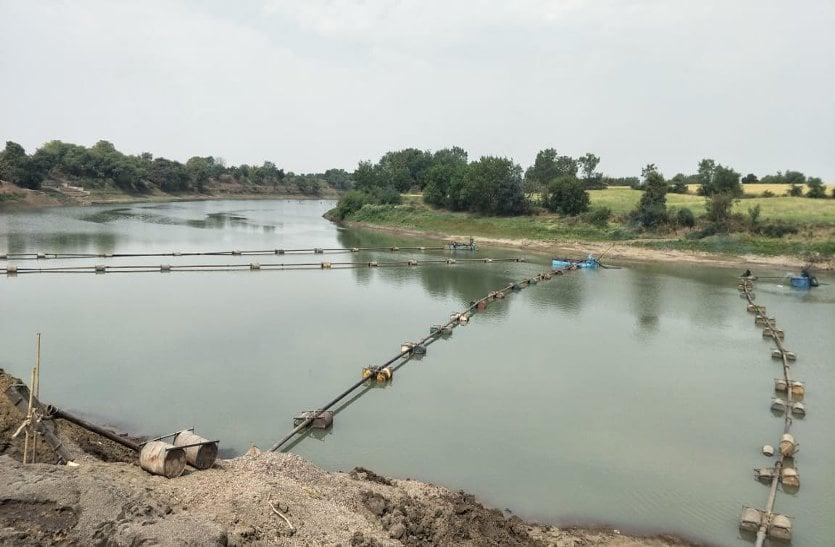 video: बीना नदी पर चल रही थी चार बोट मशीनें, खनिज विभाग ने जब्त की सिर्फ एक पोकलेन