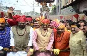 शिवरात्रि2019: बटुकनाथ की सवारी का रथ खींचने पहुंचे पूर्व CM शिवराज