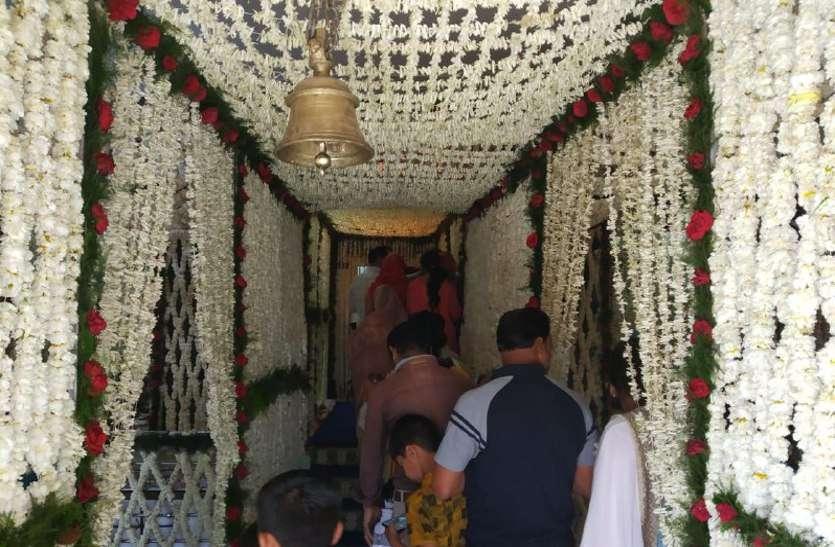 रहस्यमयी मंदिर में फूल बंगला पर विराजे महादेव, दर्शन के लिए उमड़ा जन सैलाब, देखें वीडियो