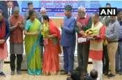 Video: उत्तराखंड में रक्षा मंत्री निर्मला सीतारमण ने छूए शहीद की मां के पैर