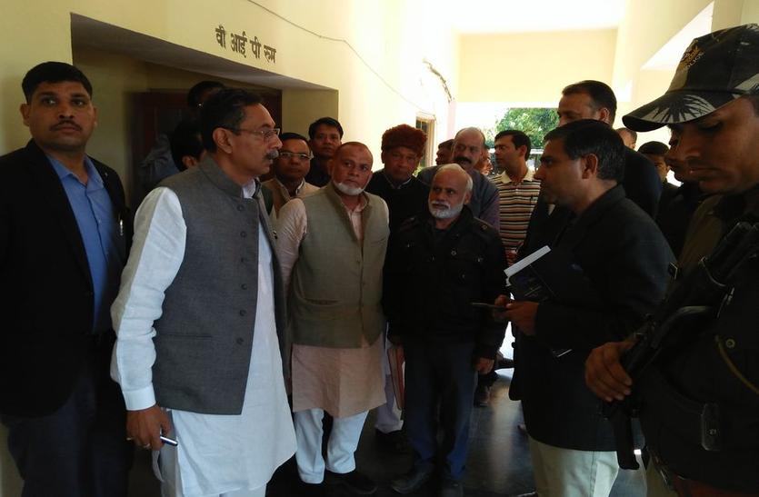 मंत्री ने कैलादेवी मंदिर में अव्यवस्थाओं पर जताई नाराजगी, मंत्री विश्वेन्द्र सिंह ने कैलादेवी-मदनमोहनजी मंदिर में देखी व्यवस्थाएं