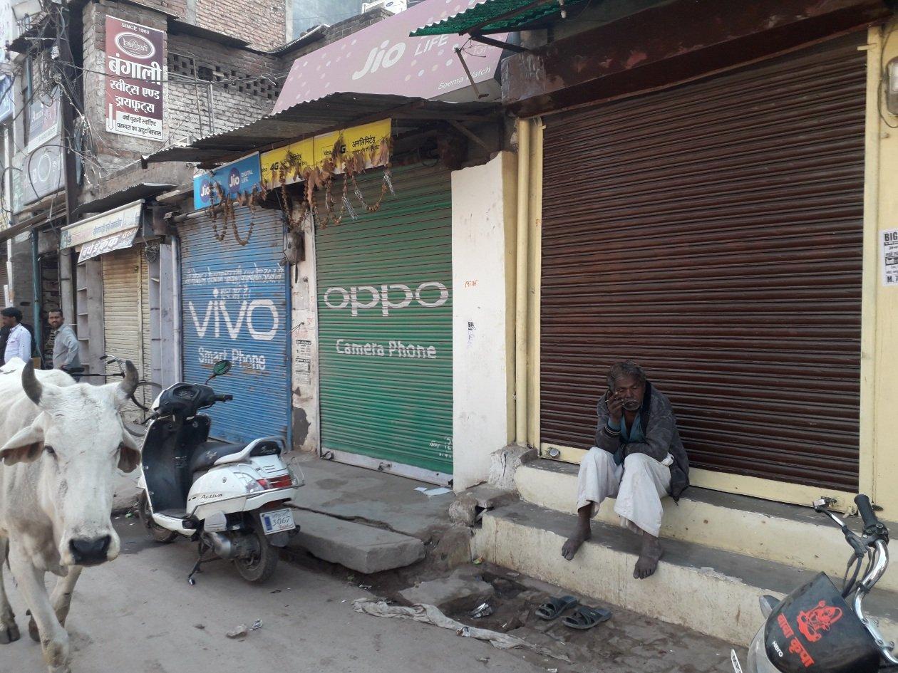दोपहर 12 बजे तक बंद रहीं दुकानें, कस्बाई इलाकों में भी दिखा बंद का असर