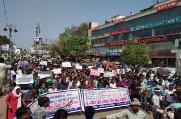 भारत बंद-संविधान विरोधी नीतियों के विरुद्ध बीएचयू के छात्र उतरे सड़क पर बंद कराई दुकानें