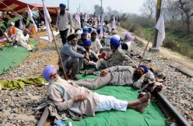अमृतसर: कर्जमाफी की मांग को लेकर किसानों ने पटरी पर डाला डेरा,रेल यातायात ठप