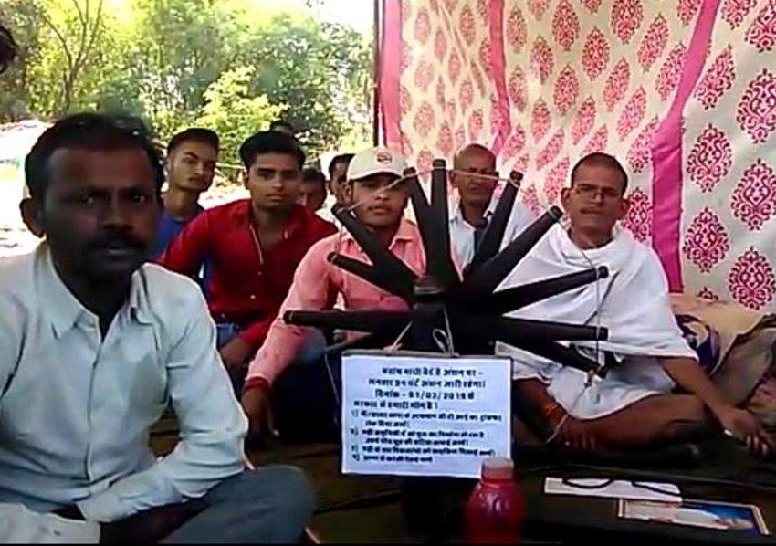 पुल निर्माण में हो रही धांधली के विरोध धरने पर बैठे गांधी