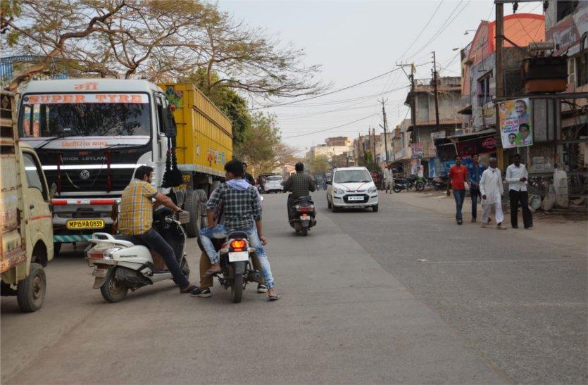 घटनाओं के बाद भी नहीं ले रहे सबक, सड़कों पर दोनों तरफ खड़े हो रहे वाहन
