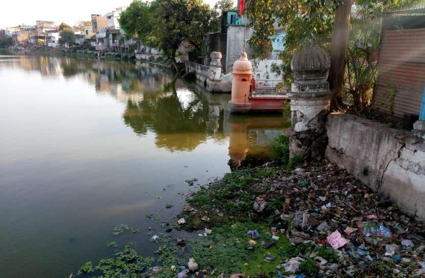 कभी कमल के फूलों के लिए प्रसिद्ध था तालाब आज झेल रहा बदहाली