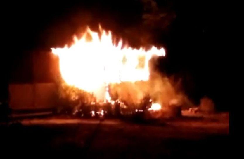 वाहन की बेट्री में ब्लास्ट से निकली चिंगारी, पलभर में जल गया निगम क्वार्टर