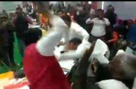 भाजपा के सांसद शरद त्रिपाठी जब विधायक को चप्पल से लगे मारने तो काबीना मंत्री जल्दी से भागे, देखिए वीडियो