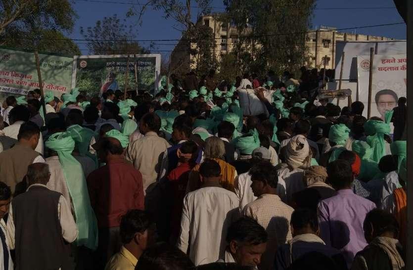 सीएम कमलनाथ उड़ा रहे थे मोदी की योजनाओं की धज्जियां, यहां बीच कार्यक्रम से जनता बाहर
