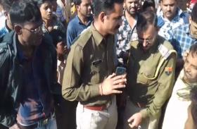 तेज रफ्तार ट्रोले ने महिला को कुचला, आक्रोशित ग्रामीणों ने ट्रोले को किया आग के हवाले