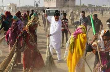 PHOTO@...सांसद सुखबीर सिंह जौनापुरिया ने झाडू लगा स्वच्छता का दिया संदेश...देखे तस्वीरे