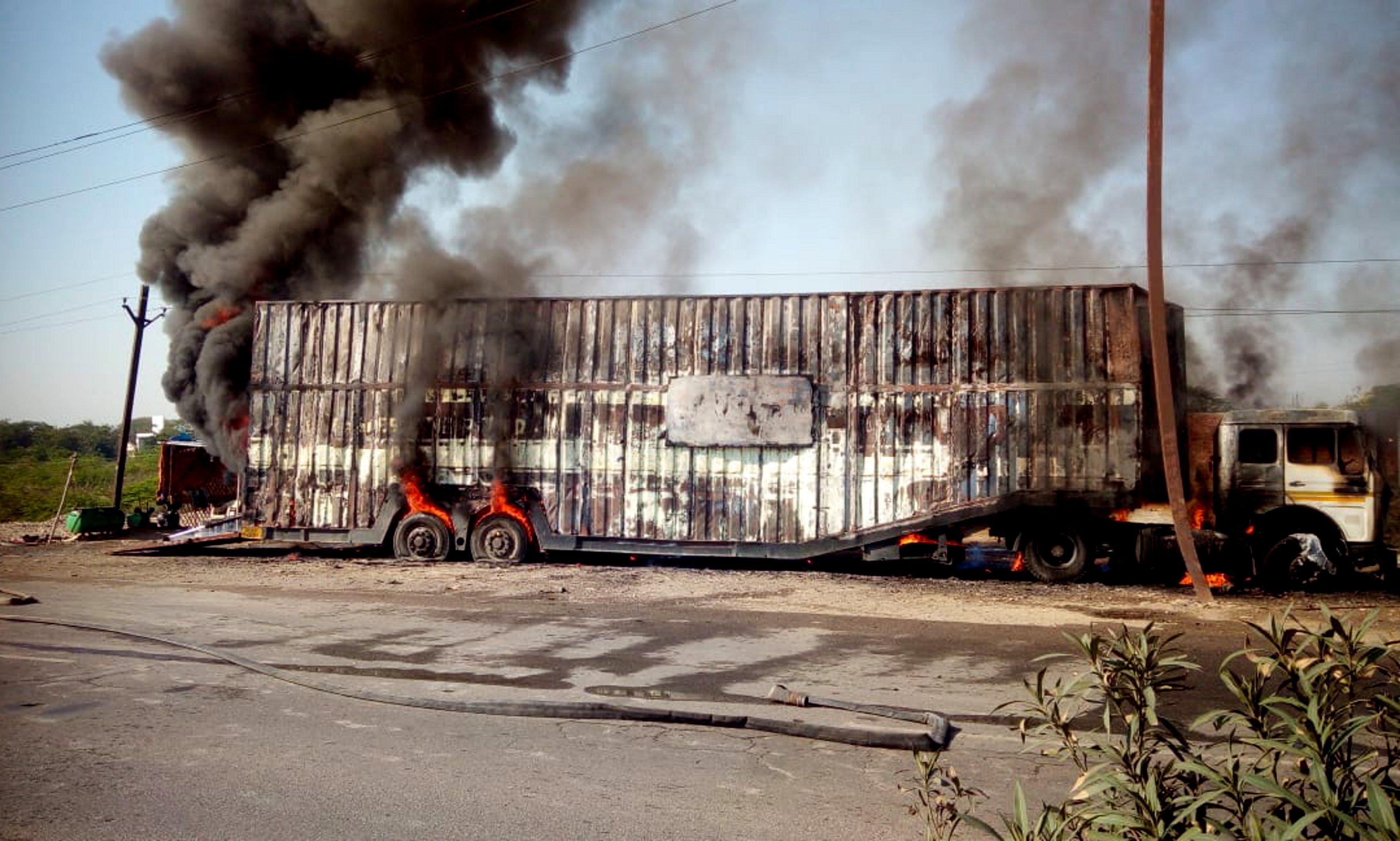 छह कार जलीं, दो करोड़ का नुकसान