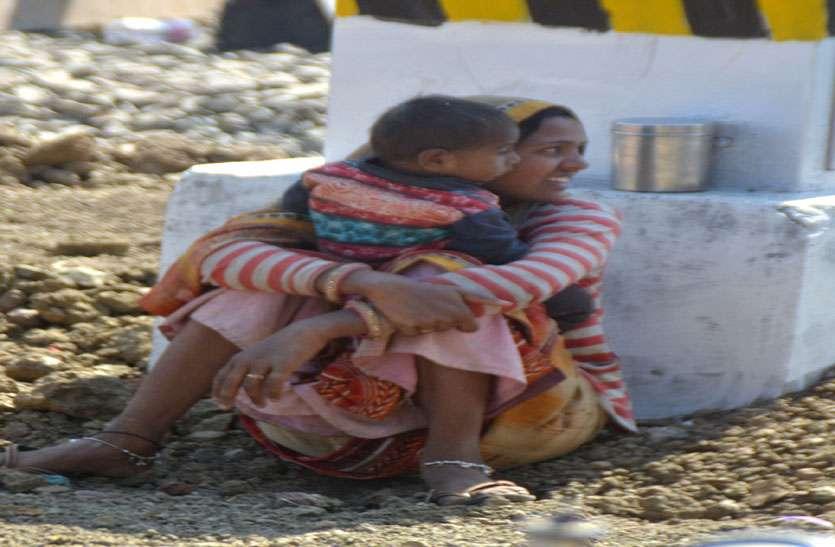 परिवार पालने धूप में फावड़े चला रहीं महिलाएं, साथ में बच्चों को दूध पिलाने व दुलार का कर्तव्य भी