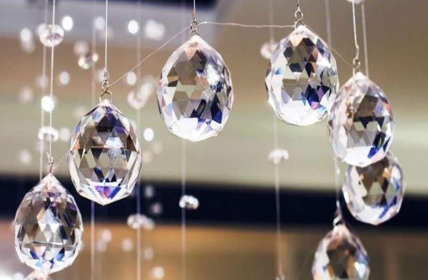घर के मेन गेट पर टांग दें Crystal Balls, नकारात्मक ऊर्जा हमेशा रहेगी दूर