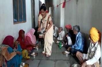 video story : महिला दिवस : शासकीय नौकरी छोड़ी, बुजुर्गों की सेवा में जीवन समर्पित...