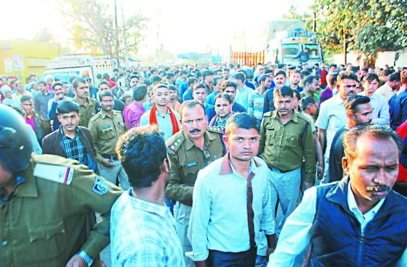 वाहन ने बेटे को कुचला,पब्लिक ने मचाया हंगामा,भारी संख्या में पुलिस तैनात