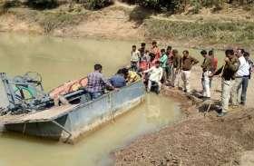 सिंध नदी पर हो रहा था रेत का उत्खनन, पनडुब्बी को तोड़ लगाई आग
