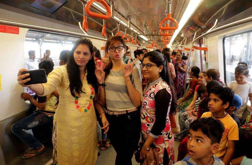 मेट्रो ट्रेन में महिलाओं ने किया सफर