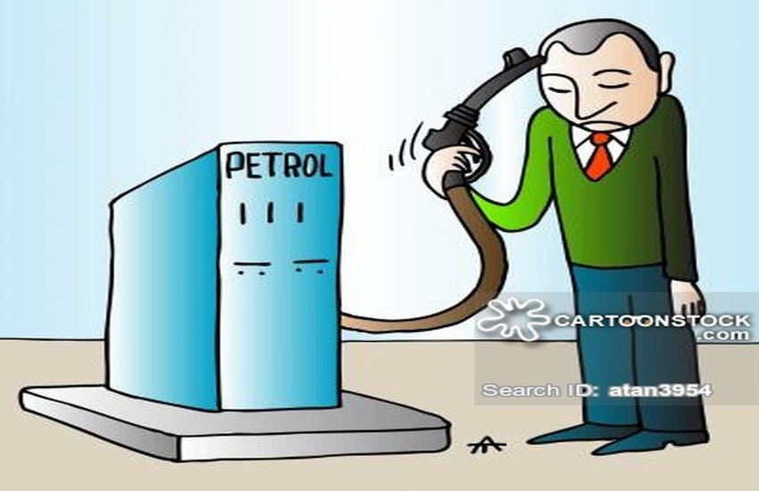 करोड़ों की कंपनी का मलिक भर रहा है वाहनों में पेट्रोल