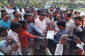 भावांतर राशि नहीं मिलने से नाराज किसान पहुंचे तहसील