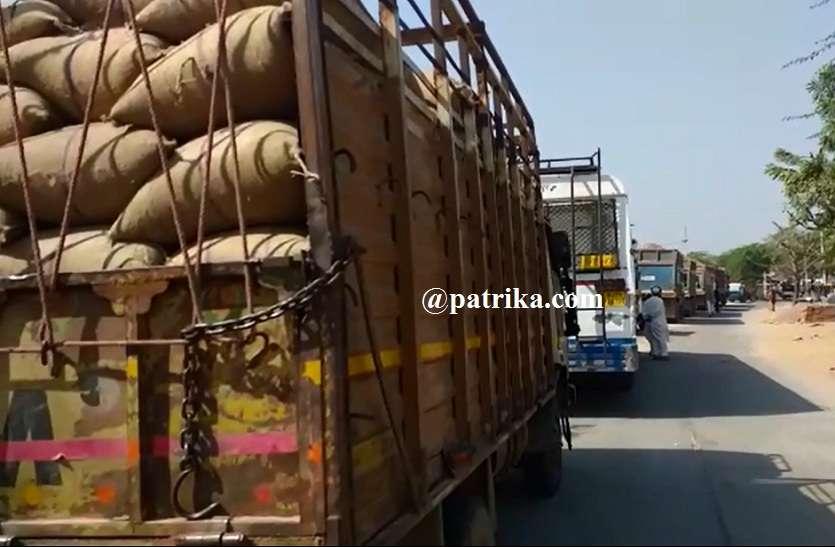 VIDEO : निवाई रोड पर जाम, सड़क पर लगी वाहनो की कतारे, बजरी वाहन पलटने से हुई परेशानी