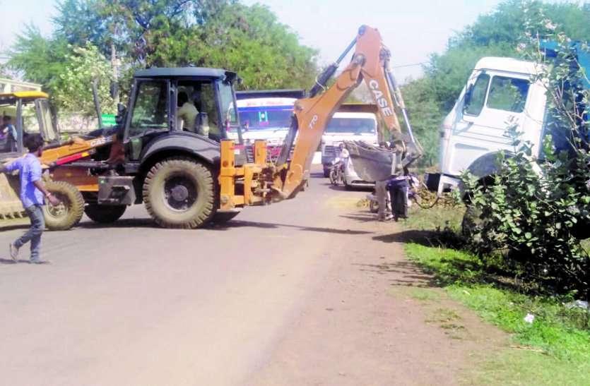 अवैध मिट्टी डंप करते वाहन पलटा, लगा जाम
