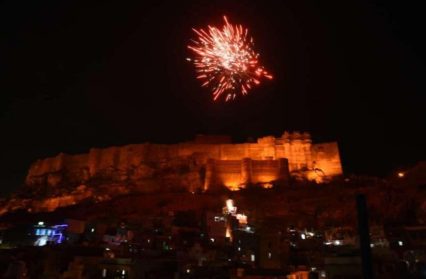 फागुन में दीपावली जैसी आतिशबाजी, देखें तस्वीरें...
