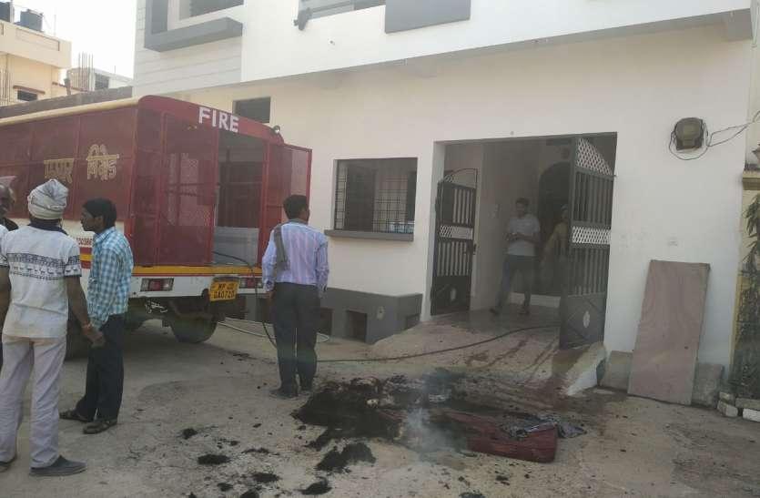नपा कर्मचारी के घर में आग लगी, करीब दो लाख का नुकसान