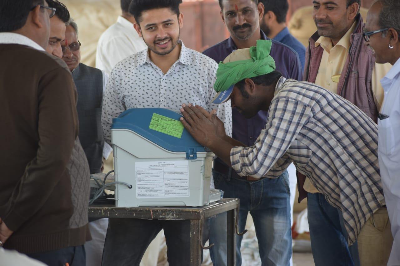किसानों को बताई ईवीएम-वीवीपैट की कार्यप्रणाली