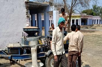 राजस्थान में शिक्षा के यह कैसे हाल, स्कूल में छात्र पीस रहे गेंहू, तो छात्राएं बना रही दाल
