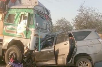 कार-ट्रक के बीच भीषण टक्कर, तीन महिलाओं समेत दस की मौत