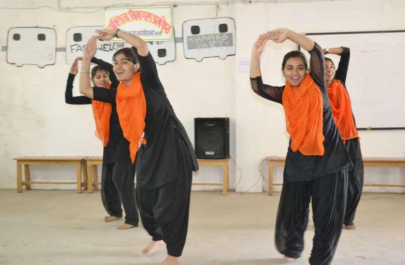 नृत्य और गायन के माध्यम से दी शहीदों को श्रद्धांजलि, वीडियो में देखें छात्राओं की अनूठी प्रस्तुति