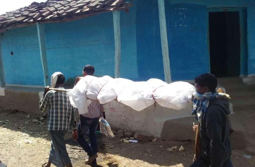 पोस्टमार्टम के बाद नहीं मिला शव वाहन, कंधे पर लादकर छह किमी ले गए लाश