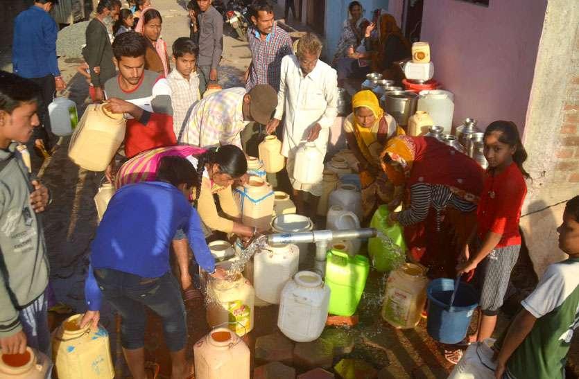 500 से ज्यादा हैण्डपंप सूखे पड़े और 50 फीसदी पेयजल योजनाएं ठप, 100 गांव के लोग दूर से ला रहे पानी