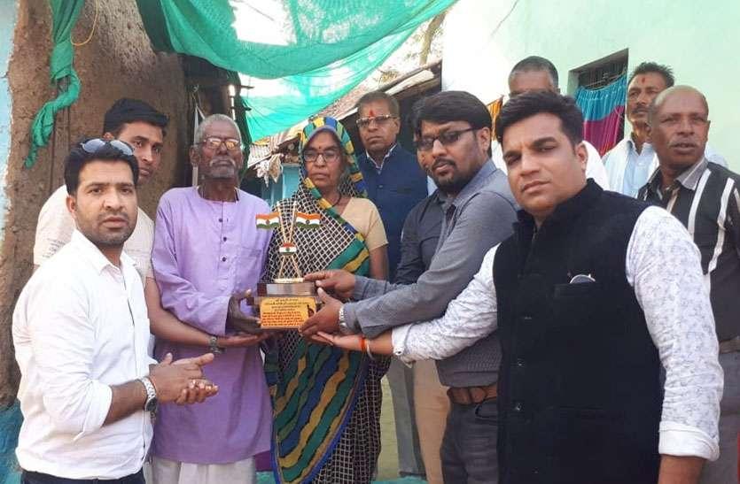 पुलवामा में शहीद सैनिक अश्विनी कुमार काछी के घर पहुंचकर दी सहायता राशि