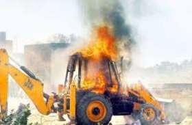 माओवादियों ने सड़क निर्माण में लगे जेसीबी और ट्रैक्टर को लगा दी आग, ग्रामीणों में दहशत